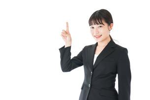 ポイントを示すスーツを着たビジネスウーマンの写真素材 [FYI04720016]