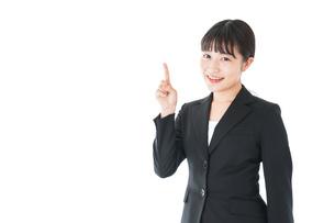 ポイントを示すスーツを着たビジネスウーマンの写真素材 [FYI04720021]