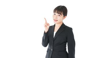 ポイントを示すスーツを着たビジネスウーマンの写真素材 [FYI04720026]