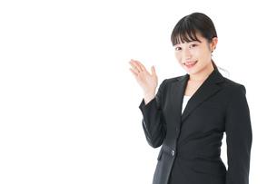 ポイントを示すスーツを着たビジネスウーマンの写真素材 [FYI04720031]