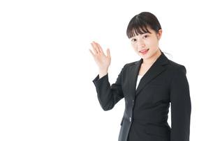 ポイントを示すスーツを着たビジネスウーマンの写真素材 [FYI04720033]