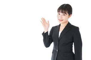 ポイントを示すスーツを着たビジネスウーマンの写真素材 [FYI04720034]