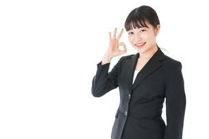 OKサインをするスーツを着たビジネスウーマンの写真素材 [FYI04720035]