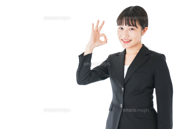 OKサインをするスーツを着たビジネスウーマンの写真素材 [FYI04720037]