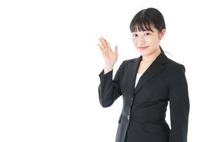ポイントを示すスーツを着たビジネスウーマンの写真素材 [FYI04720038]
