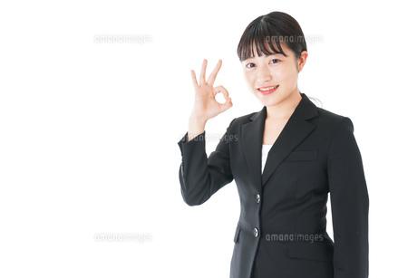 OKサインをするスーツを着たビジネスウーマンの写真素材 [FYI04720039]