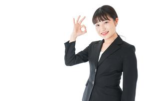OKサインをするスーツを着たビジネスウーマンの写真素材 [FYI04720040]