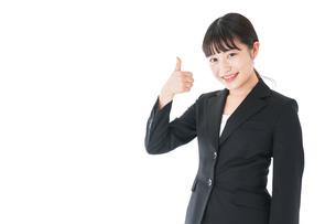 OKサインをするスーツを着たビジネスウーマンの写真素材 [FYI04720041]