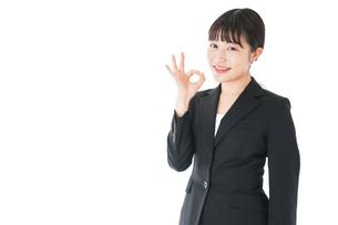 OKサインをするスーツを着たビジネスウーマンの写真素材 [FYI04720045]