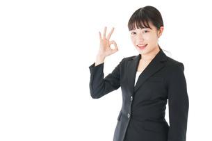 OKサインをするスーツを着たビジネスウーマンの写真素材 [FYI04720046]