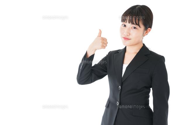 OKサインをするスーツを着たビジネスウーマンの写真素材 [FYI04720048]