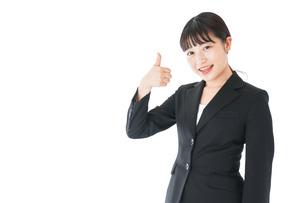 OKサインをするスーツを着たビジネスウーマンの写真素材 [FYI04720049]