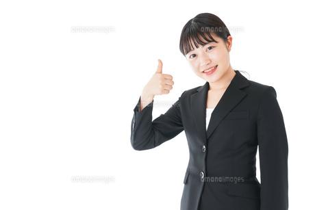 OKサインをするスーツを着たビジネスウーマンの写真素材 [FYI04720050]