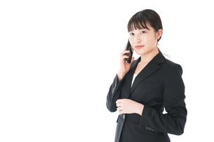 通話をするスーツを着たビジネスウーマンの写真素材 [FYI04720052]