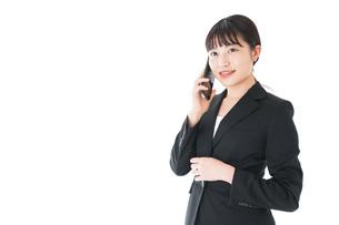 通話をするスーツを着たビジネスウーマンの写真素材 [FYI04720053]