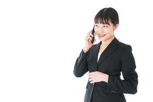 通話をするスーツを着たビジネスウーマンの写真素材 [FYI04720055]
