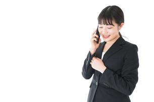 通話をするスーツを着たビジネスウーマンの写真素材 [FYI04720059]