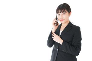 通話をするスーツを着たビジネスウーマンの写真素材 [FYI04720079]