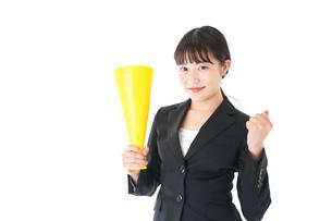 メガフォンで応援をするスーツを着たビジネスウーマンの写真素材 [FYI04720086]