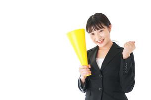 メガフォンで応援をするスーツを着たビジネスウーマンの写真素材 [FYI04720089]