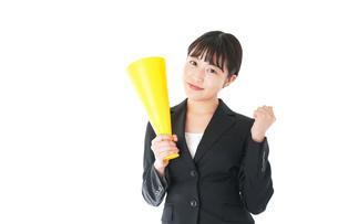 メガフォンで応援をするスーツを着たビジネスウーマンの写真素材 [FYI04720099]