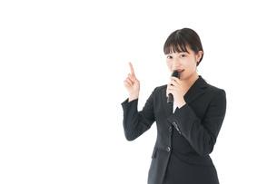 ポイントを示すスーツを着たビジネスウーマンの写真素材 [FYI04720113]