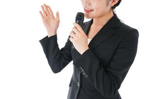 ポイントを示すスーツを着たビジネスウーマンの写真素材 [FYI04720120]
