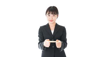 書類を提出するスーツを着たビジネスウーマンの写真素材 [FYI04720129]