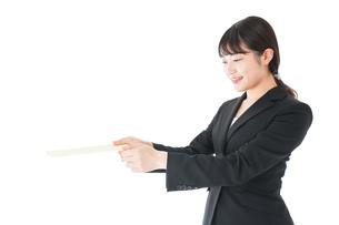 書類を提出するスーツを着たビジネスウーマンの写真素材 [FYI04720137]