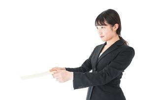 書類を提出するスーツを着たビジネスウーマンの写真素材 [FYI04720145]