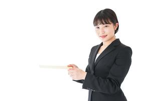書類を提出するスーツを着たビジネスウーマンの写真素材 [FYI04720146]