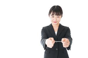 名刺交換をするスーツを着たビジネスウーマンの写真素材 [FYI04720154]