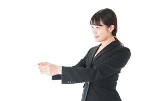 名刺交換をするスーツを着たビジネスウーマンの写真素材 [FYI04720160]