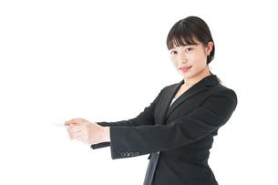 名刺交換をするスーツを着たビジネスウーマンの写真素材 [FYI04720164]