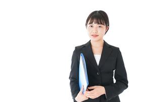 笑顔のスーツを着たビジネスウーマンの写真素材 [FYI04720170]