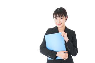 笑顔のスーツを着たビジネスウーマンの写真素材 [FYI04720175]