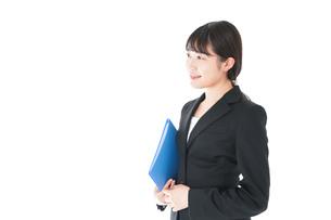笑顔のスーツを着たビジネスウーマンの写真素材 [FYI04720177]