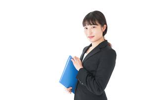笑顔のスーツを着たビジネスウーマンの写真素材 [FYI04720188]