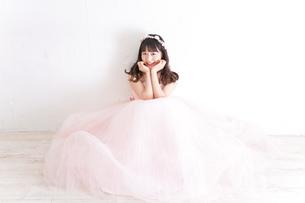 ウエディングドレスを着た笑顔の新婦の写真素材 [FYI04720227]