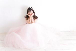 ウエディングドレスを着た笑顔の新婦の写真素材 [FYI04720228]