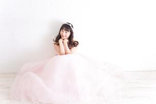 ウエディングドレスを着た笑顔の新婦の写真素材 [FYI04720229]