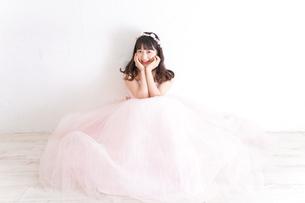 ウエディングドレスを着た笑顔の新婦の写真素材 [FYI04720230]