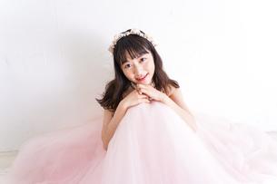 ウエディングドレスを着た笑顔の新婦の写真素材 [FYI04720231]