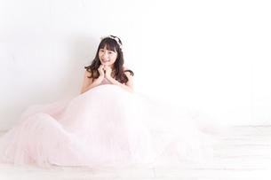 ウエディングドレスを着た笑顔の新婦の写真素材 [FYI04720233]