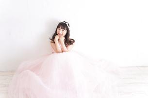 ウエディングドレスを着た笑顔の新婦の写真素材 [FYI04720234]