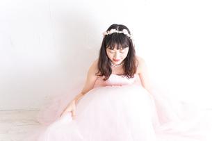 ウエディングドレスを着た笑顔の新婦の写真素材 [FYI04720235]