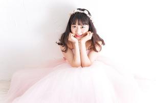 ウエディングドレスを着た笑顔の新婦の写真素材 [FYI04720236]