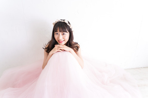 ウエディングドレスを着た笑顔の新婦の写真素材 [FYI04720237]