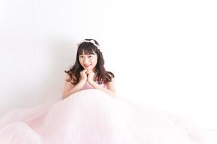 ウエディングドレスを着た笑顔の新婦の写真素材 [FYI04720238]