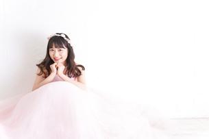 ウエディングドレスを着た笑顔の新婦の写真素材 [FYI04720239]